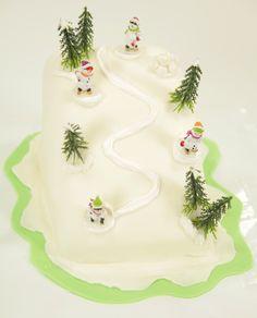 Les sports d'hiver en ce moment ça me titille!!!! Ça me donne envie de me dévaler les pistes. 3 cakes natures premier prix et vous pourrez dévaler votre piste aux décors de neige en pâte à sucre de chez vous. Facile grâce à toutes les étapes en vidéo avec Let's Cook.