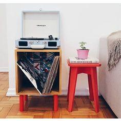 Mesinha Lateral Hipster ficou muito legal como cantinho da vitrola e dos discos na casa da @vivianecf1! Amamos! ❤️ www.tadah.com.br #tadahdesign #madeiramaciça #decor #decoracao
