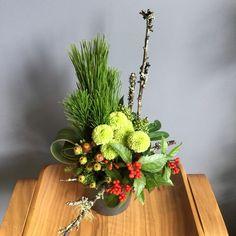 大変遅くなりました。お正月アレンジメントです。 お花の内容は多少変わってきます。  お正月アレンジメント 小  3500円(税別)  お正月... Table Flower Arrangements, Christmas Arrangements, Beautiful Flower Arrangements, Table Flowers, Flower Vases, Beautiful Flowers, Asian Flowers, Oriental Flowers, Japanese Flowers