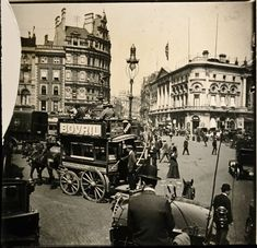 100 Years of Amazing Piccadilly Circus Photos - Flashbak Vintage London, Old London, London Street, London City, Ancient Greek Architecture, Gothic Architecture, Piccadilly Circus, London History, Grand Mosque