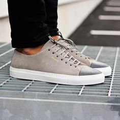 Axel Arigato grey low sneaker with a classic design, handcrafted with premium Italian materials. #axelarigato #sneakers