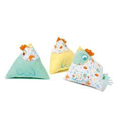 Ces trois jolis coussins en forme de berlingot sont des petites poules. Leur forme permet à l'enfant de les attraper facilement. Elles sont un doudou, un oreiller ou un élément de décoration de la chambre d'enfant. Les petites poules se posent sur un meuble, dans le lit ou par terre. Elles sont coordonnées avec le textile de lit, le tapis et le gros pouf de la gamme Petite poule.