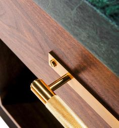 A solid bar with diamond-cut knurled detailing, including a rectangular backplate, finished with penny buttons. Kitchen Units, Kitchen Cabinetry, Luxury Kitchen Design, Kitchen Designs, Pull Bar, Metal Finishes, Brass Hardware, Messing, Kitchen Interior