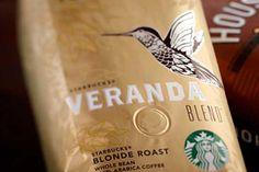 Starbucks Veranda kahve çekirdeğini incelemeden önce şunu netleştirelim derim. İster sevin ister nefret edin, modern kahve devrimi ve kahvenin kitlelere yayılmasındaki en önemli rollerden birisini Starbucks'a vermek gerekir. Yaptıkları Kahveleri yada çekirdek kahvelerini beğenmeseniz bile; günümüzde ülkemizde yavaş yavaş patlamaya başlayan nitelikli kahve dükkanlarının mantar gibi çoğalmasını sağlayan yolun her santimi, Starbucks Frappuccino taşları döşelidir.