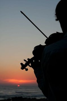 Violin at Sunset. I've always wanted to play on the beach! Violin Art, Violin Music, Music Love, Music Is Life, Violin Tumblr, Violin Photography, Piano, Gil Scott Heron, Electric Violin