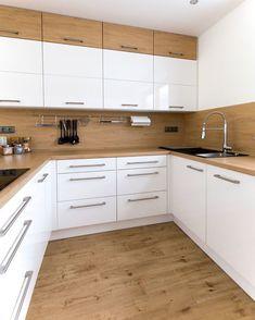 Bílá kuchyně s americkou lednicí Kitchen Room Design, Kitchen Cabinet Design, Modern Kitchen Design, Home Decor Kitchen, Interior Design Kitchen, Kitchen Furniture, Scandinavian Kitchen Cabinets, Modern Kitchen Cabinets, Kitchen Modular