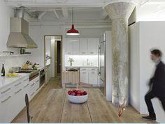 C'est à Greenwich Village, New York, que les designers Farnaz Mansuri et Tom Shea, leaders de l'entreprise multidisciplinaire De-Spec, signent cette transformation/rénovation d'un ancien bâtiment industriel en un loft résidentiel avec jardin.  Fluide, lumineuse et aérée, grâce à un couplage de bois clair et de murs blancs, l'habitation est du plus bel effet ! Certains éléments originaux (colonne, tuyaux…) du site ont été conservés pour amener une touche industriel à l'ensemble.