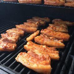 Kødet blev lagt i marinade i går, grøntsagerne, gulerødder, hvidkål og blomkål, blev lagt i lage først på eftermiddagen og sidst på eftermiddagen røg kødet på grillen. Og det bliver bare ikke meget bedre!         #grill #råsyltning #svinekød