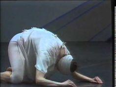 Giselle es una famosa obra de ballet estrenada en 1841, donde el ideal del mundo se presenta desde lo onírico, lo mágico, la naturaleza. Giselle sufre una pena de desamor por estar enamorada de un hombre que la engañó. Su schock es tan grande que se vuelve un ser del bosque, una willis. En el mundo contemporáneo ante semejante schok emocional ¿dónde iría a parar?, Mats Ek, nos devela el pensamiento moderno y la suerte de Giselle en el siglo XXI