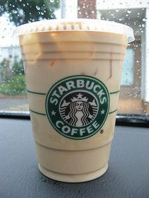 iced chai tea latte sounds good right about now! - if only the starbucks chai latte in hk was done the RIGHT way. Bebidas Do Starbucks, Secret Starbucks Drinks, Starbucks Recipes, Healthy Starbucks, Chaï Tea Latte, Iced Latte, Iced Tea, Starbucks Iced Chai Tea Latte Recipe, Deserts