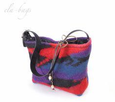 Die Tasche aus 100% Wolle ist innen gefüttert (Taft), mit Reißverschlussinnentasche.  Der Henkel ist verstellbar.  Mit Lederriemen zum binden  Breite: 40 cm Höhe: 25 cm Tiefe: 13 cm  100%...