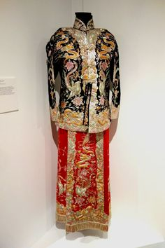File:Mother-of-the-bride's wedding outfit, Hong Kong, silk, gold and silver thread, silver wire - Textile Museum of Canada - - Wikimedia Commons Hong Kong Fashion, Textile Museum, Wholesale Fashion, Wedding Bride, Kimono Top, High Neck Dress, Textiles, Silk, Blog