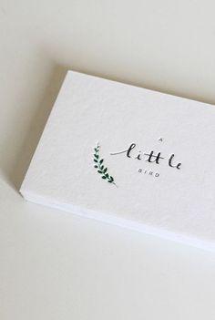 Si tu estilo es más minimalista, escoge un logo simple y pequeño como este: | 29 Lindas tarjetas de presentación para los que buscan algo fuera de lo común: