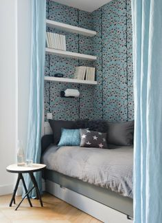 Blue curtains to delineate a sofa bed in the living room Blue Bedding, Blue Bedroom, Bedroom Decor, Sleeping Nook, Decoracion Vintage Chic, Blue Curtains, Trendy Home, House Design, Living Room