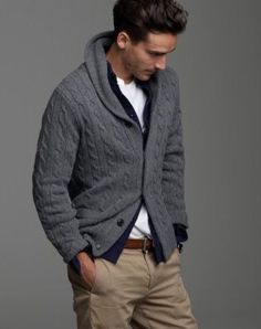 Cardigan gris con pantalón beig