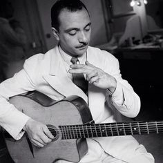 Django Reinhardt – After his fourth and fifth fingers were paralyzed when he suffered burns in a fire, Reinhardt used only the index and middle finger of his left hand on his solos. Gypsy Jazz Guitar, Music Guitar, Cool Guitar, Guitar Chords, Playing Guitar, Guitar Classes, Django Reinhardt, Jazz Musicians, Jazz Artists