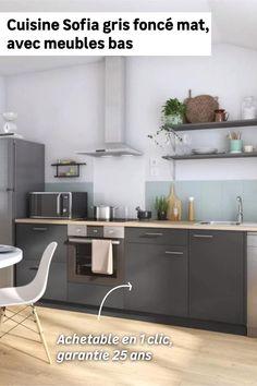 À la recherche d'une cuisine moderne et spacieuse ? Avec la cuisine Sofia achetable en 1 clic, vous bénéficierez de 4 meubles bas dont un pour intégrer le four. Vous pourrez ensuite la compléter d'un plan de travail en bois clair qui se marie à merveille avec le gris foncé mat et d'étagères en partie haute pour exposer vos bocaux. Et en plus, cette cuisine petit budget est garantie 25 ans ! Decor, Table, Cabinet, Furniture, Kitchen, Home Decor, Kitchen Cabinets
