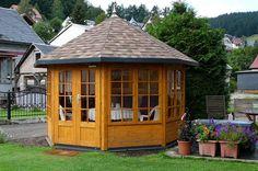 Schützen Sie Ihr Gartenhaus: Dieses 5-Eck-Gartenhaus wirkt durch die Lasur noch besser und ist zudem vor Witterungen geschützt.