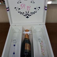 Linda caixa com Baby chandon e 2 taças decoradas lindamente...os Padrinhos irão amar...parabéns Roberta e Caíque!  Encomendas WhatsApp (21) 964066725. #caixassofisticadas #caixas #caixasdecoradas #noivas #madrinhas #festa #comemoração #15anos #caixasespeciais #padrinhos #presentes #caixaspersonalizadas #caixasparapadrinhos #mimos #casamento #presentear #caixasemmdf #artesanatos #ateliefazeaconteceartes #caixasparababychandon #elo7br #elo7