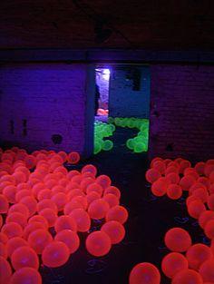 Im Juli 2003 zeigte die Künstlerin Regine Schumann ihre Raum-Licht-Installation Reiselust