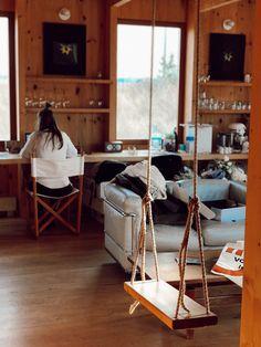 Une maison au style épuré de l'architecte Canadien Pierre Thibault aux mythiques Jardins de Métis. La maison est utilisée pour les concepteurs et stagiaires pendant la période estivale. Idéale pour les retraites stratégiques, les camps de yoga en nature ou les rencontres familiales. Comfort, nature et sobriété de style nordique s'offrent à vous. À une vingtaine de minutes du Mont-Comi pour les amateurs de ski et à quelques pas du Parc de la rivière Mitis pour la raquette ou les randonnées. Ski, Yoga, Nature, Furniture, Design, Home Decor, Gardens, Stone, Nordic Style