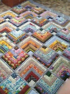This particular impression (beautiful skills crochet knitting quilting half log Half Log Cabin Quilt Pattern) above will be l Jellyroll Quilts, Scrappy Quilts, Patchwork Quilting, Crazy Quilting, Patchwork Ideas, Patchwork Designs, Quilting Fabric, Applique Quilts, Édredons Cabin Log