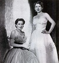 Gloria Morgan Vanderbilt (left) with her identical twin Thelma Morgan Furness, Viscountess Furness (right), both born in Two original Flapper girls. (This photo was taken in Dxx Gloria Vanderbilt, Cornelius Vanderbilt, Gracie Kelly, Poor Little Rich Girl, Old Money, Identical Twins, Gilded Age, Girls Rules, Twin Sisters