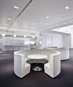 Net-A-Porter Offices In London | Office Design Mesas de reunión redondas. Otros materiales.