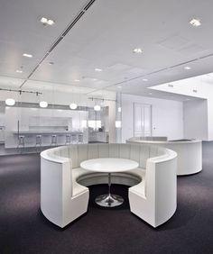 Net-A-Porter Offices In London   Office Design Mesas de reunión redondas. Otros materiales.