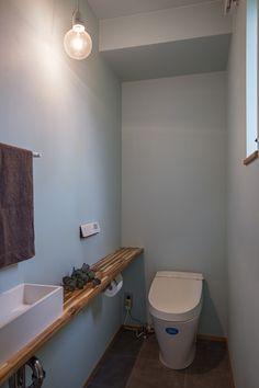 【トイレ】 ライトブルー色のクロスが爽やかな印象。広めにとったアカシア材のカウンターと、裸電球のペンダント照明がアクセントに。 Natural Interior, Bathroom Design Luxury, Toilet, New Homes, Bathtub, Interior Design, Storage, Rest Room, Woody