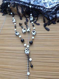 conjunto de colar e brinco envelhecidos,castroados com contas de vidro branca e preta e muranos branco com flores em preto.