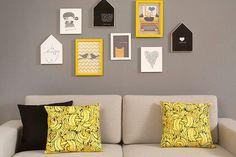 Faça uma combinação de quadros e molduras de vários tamanhos e tenha uma sala de estar cheia de estilo!