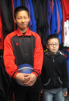 【新宿2号店】 2013年3月31日 大東ブラックスの狩野君(左)時期キャプテンのエイト君です! 狩野君は小学生にして身長174センチ!今大会でも5番目の高身長です! 将来が楽しみですね♫ #nba