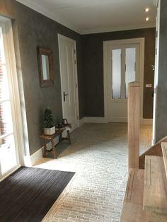 Entree met Castle Stones Bricks op de vloer en Pure & Original kalkverf op de muur.
