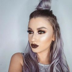 No puedo parar de mirar esta foto! Maquillaje con labios chocolate y moñete en todo lo alto, os gusta tanto como a mi? 💙  I can't stop looking at this picture! Make up with chocolate lips and top knot, do you like it as much as I do?  Credit: @lolaliner #esbatt #makeup #maquillaje #darklips #mattelipstick #topknot #purplehair #pastelhair #beauty #inspiration #lolaliner