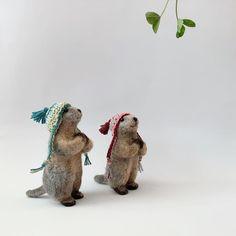 Das warme Wetter lockte die beiden Murmeli nach draußen. Die Mütze lassen sie noch auf - in den Bergen kann es ziemlich kalt werden ;) . Das Mädchen mit der rosa Mütze hat bereits ein neues Zuhause gefunden. Murmeli Kuno mit der grünen Mütze ist noch zu haben.  Hast du ihn pfeifen gehört? Schau mal vorbei - er wartet auf dich in meinem Shop 🤎 (Link in Bio.) . . . . #formlaut #murmeltier #murmeli #filzen #nadelfilzen #handgemachtes #unikate #individualisierbar #handgemacht #handarbeit… Bergen, Dinosaur Stuffed Animal, Link, Animals, Pink, Lute, Smoking Pipes, New Home Essentials, Weather
