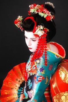l Geisha (芸者?), geiko (芸子) or geigi (芸妓) are traditional Japanese female entertainers who act as hostesses and whose skills include performing various Japanese arts such as classical music, dance and games. Art Geisha, Geisha Kunst, Geisha Japan, Kyoto Japan, Okinawa Japan, We Are The World, People Of The World, Japanese Beauty, Asian Beauty