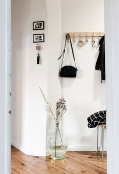 small entryway with wood wall coat rack and a small bench. Small Bench, Diy Interior, Small Apartments, Interior Design Inspiration, Decoration, Wood Wall, Wardrobe Rack, Ladder Decor, Entryway
