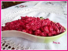 Červenou řepu uvaříme ve slupce doměkka.  Po vychladnutí ji oloupeme a nastrouháme.  Smícháme řepu s nastrouhanou Nivou nebo rozdrobenou, když... Bacon, Salads, Recipies, Beef, Fish, Breakfast, Ethnic Recipes, Diet, Beetroot