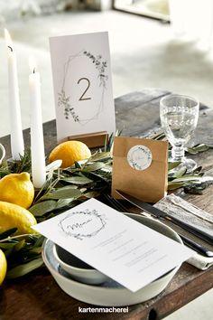 Trio für deine Hochzeitsgäste: Menükarte, Tischnummer und Geschenktüte im Eukalyptus Greenery Stil. Als Deko wir die Papeterie, wie die Menükarte und Tischnummer, zum Hingucker auf der Hochzeitstafel. Die Geschenktüte aus Packpapier ist eine nachhaltige Alternative als Gastgeschenkverpackung. Container, Table Decorations, Boho, Home Decor, Brown Paper, Card Wedding, Invitation Cards, Invitations, Summer