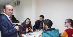 Rektörden finallere hazırlanan öğrencilere çay-simit ikramı Amasya Üniversitesi Rektörü Prof. Dr. Metin Orbay, geç saatlere kadar final sınavlarına çalışan öğrencilere çay ve simit ikramı uygulaması başlattı. http://feedproxy.google.com/~r/dosyahaber/~3/qXx2FpTwb30/rektorden-finallere-hazirlanan-ogrencilere-cay-simit-ikrami-h11132.html