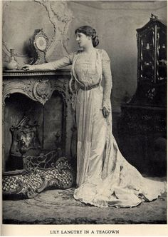 "Lily Langtry Gilded Age actress, in Gown by House of Worth. From the book ""A Century of Fashion"" by Jean Philippe Worth, Edwardian Era, Edwardian Fashion, Victorian Era, Elizabethan Era, Victorian Decor, Historical Clothing, Historical Photos, Historical Costume, Lillie Langtry"