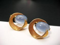 ➤ One pair of signed Swank vintage grey glass moonstone cufflinks ➤ Prong-set glass cabochons in gold-tone setting with bullet style closure ➤ Textured gold-tone swirl design around moonstone ➤ Elegant mens fashion accessory ➤ Grey Wedding, grooms accessory ➤ They measure 3/4 by 3/4 ➤ Gift for him: Birthday, Wedding, Christmas, Fathers Day CONDITION: Excellent, pre-owned vintage condition with no damage Ships at no extra cost by USPS first class in a gift box (4-6 days delivery ti...