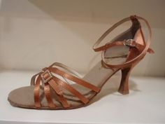 Latin shoe satin upper with suede sole. Eιναι πολη σταθερα και ελαφρια για να εχουν ανεση, και κάθε χορευτρια μπορεί να βρεί ένα που να της ταιριάζει. Style: SALSA – RUMBA – cha cha. ΑΜΕΣΑ ΔΙΑΘΕΣΙΜΑ! - See more at: http://www.berioska.gr
