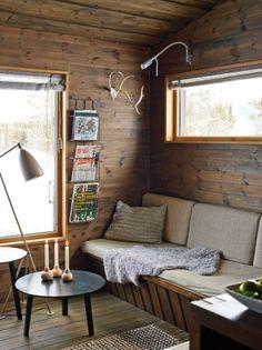 Lunt og lyst: Vinduet er plassert høyt over sofabenken for å danne en lun krok mot det store vinduet. Puten har Ellen strikket av restgarn. ...