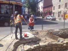 Une guide du Musée observe le travail d'une archéologue devant la chapelle Notre-Dame-de-Bon-Secours