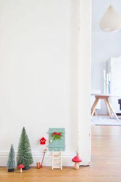 Ganz plötzlich war sie da, an der Wand im Esszimmer, eine kleine mintgrüne Tür. Dazu eine kleine Leiter und ein winzigkleiner Briefkaste...