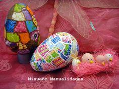 Huevos grandes de porexspan forrados con papel Décopatch y Patchliner. El papel y el Patchliner están a la venta en la tienda online: www.misuenyo.com.