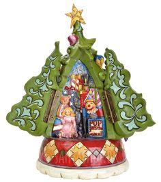 Sødt juletræ fra Jim Shore. I juletræet er der to låger, der gemmer på rigtig fine motiver. Bag den ene låge gemmer der sig legetøj for piger og bag den anden låge legetøj for drenge. Træet er lavet i typisk Jim Shore stil, så træet ser ud som om det er skåret i træ med flotte mønstre og en lidt sk