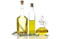 Calentar 1/4 taza de aceite de oliva, (ten cuidado que no hierva), verter el contenido en una botella de vidrio y agregar 5 gotas de aceite esencial de romero. Mezcla bien ambos aceites y masajea todo tu cabello con esta preparación, colócate una gorra plástica y deja actuar por 15 a 20 minutos. Luego lava con champú y crema de enjuague específica para tu tipo de cabello.